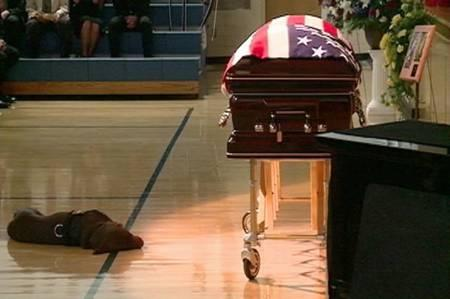 450_Dog_at_Navy_Seal_funeral